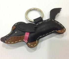Annie the Running Dachshund Leather Keychain ( Black / pink collar )